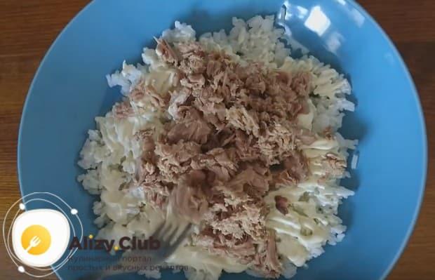 Смазав слой риса майонезом, выкладываем консерву.