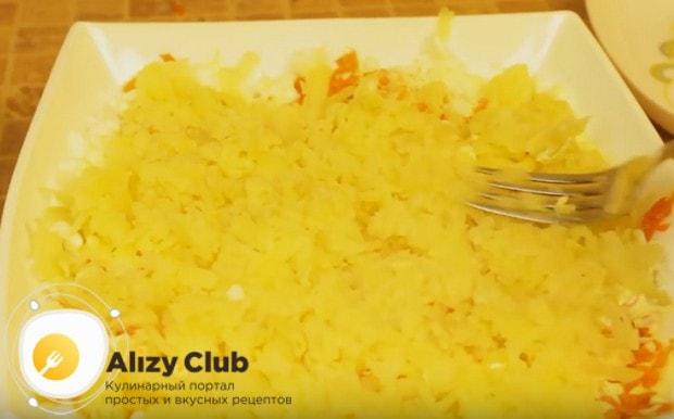 Далее опять выкладываем слой картофеля.