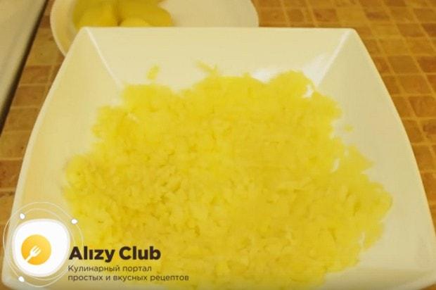 первым слоем салата делаем натертый на крупной терке картофель.
