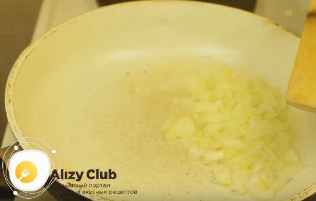 Слегка обжариваем лук на сковороде.