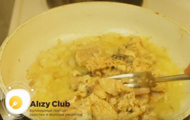 Добавляем на сковороду к луку консервированную горбушу и готовим вместе несколько минут.