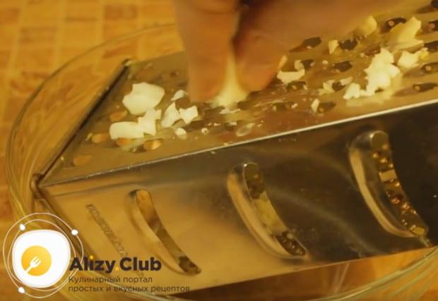 На крупной терке натираем белки отваренных вкрутую яиц.