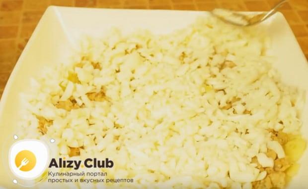 Выкладываем белки ровным слоем на салат.