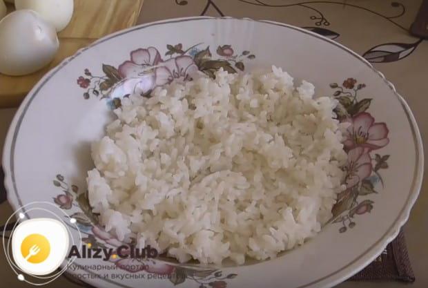 Выкладываем на тарелку остывший рис.