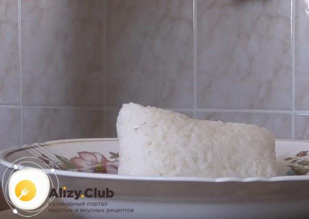 Можно приготовить также салат Мимоза с рисом и консервой.