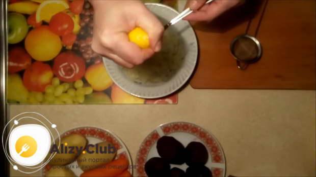Очистить, помыть и нарезать луковицу