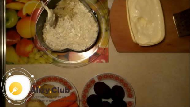 В удобной для вас посуде выложить овощи слоями и смазать каждый слой майонезом