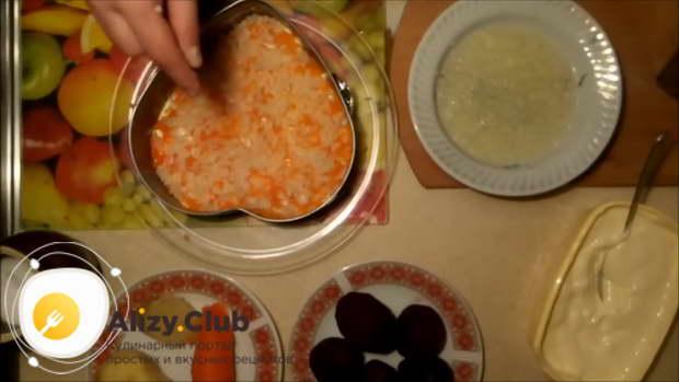выложить слой моркови, натертой на терке