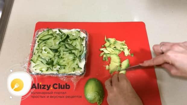 По рецепту для приготовления салата суши, нарежьте авокадо.