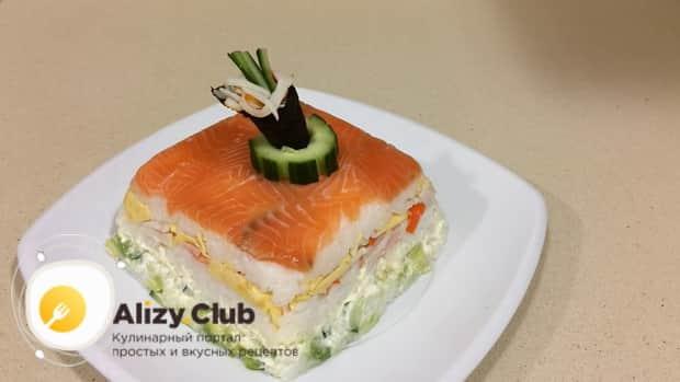 По рецепту для приготовления салата суши, приготовьте украшение.