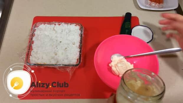 По рецепту для приготовления салата суши, выложите слой риса.