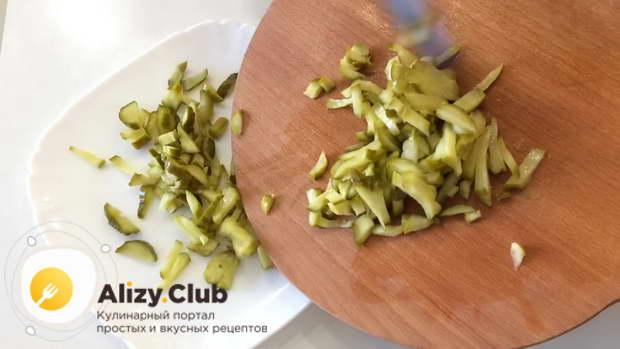 Нарежьте соломкой 160 г ветчины, 3-4 маринованных огурца общим весом около 110 г