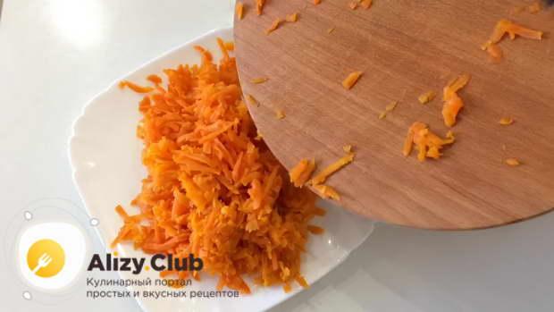 На крупной терке натрите отварную картофелину, на такой же терке натрите вареную морковь