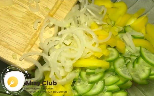 Режем тонкими полукольцами лук и выкладываем в салатницу.