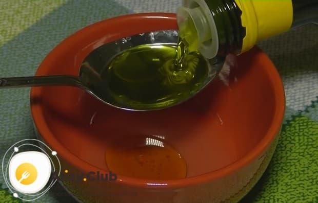 Добавляем к лимонному соку оливковое масло.
