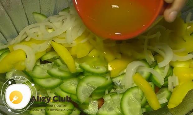 Приготовленной заправкой заливаем перемешанные овощи.