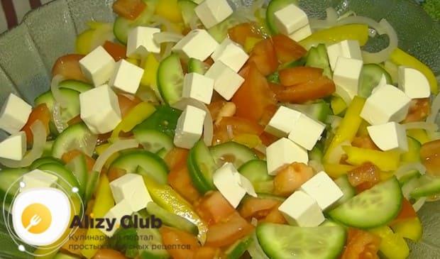 Нарезаем сыр фетакса кубиком и раскладываем сверху по салату.