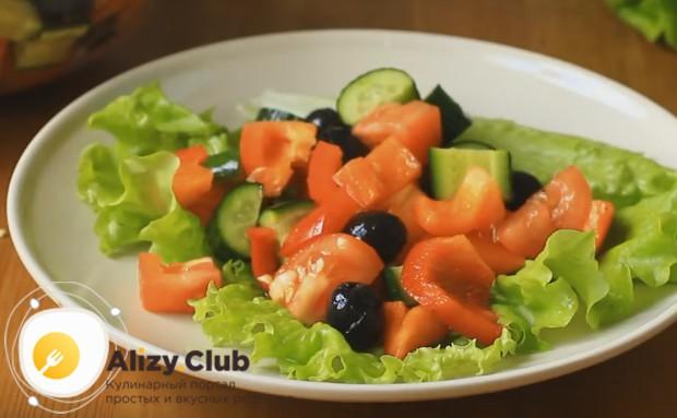 Выкладываем салат на блюдо, застеленное листьями салата.