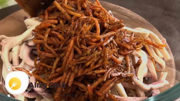 В салатнике соединяем кальмаров с горячей морковью