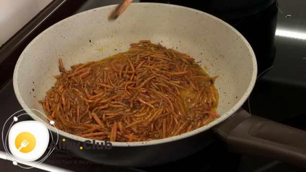 Перемешиваем морковь со специями и снимаем сковороду с огня