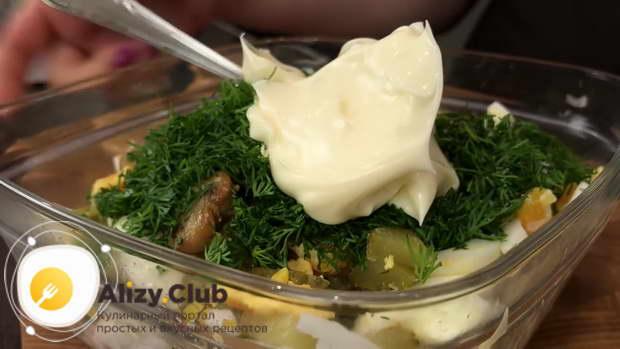 Посолите салат по вкусу и добавьте 1 ст. л. ложку майонеза
