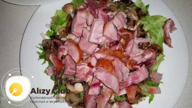 Поверх грибов раскладываем нарезанное куриное мясо