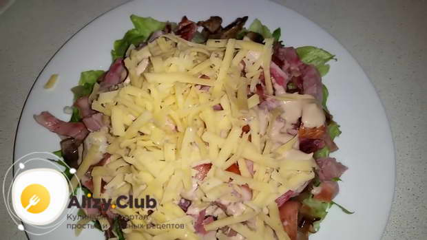 Сверху посыпаем салат 50-60 граммами тёртого сыра
