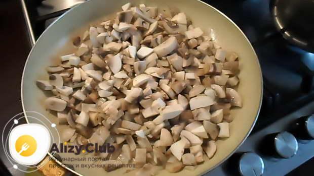 Нарезаем 500-520 грамм шампиньонов небольшими кусочками