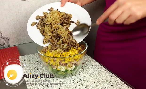 Добавляем в салат 1 банку консервированной кукурузы