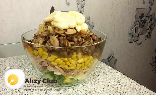 Заправляем салат 2,5-3 столовыми ложками майонеза