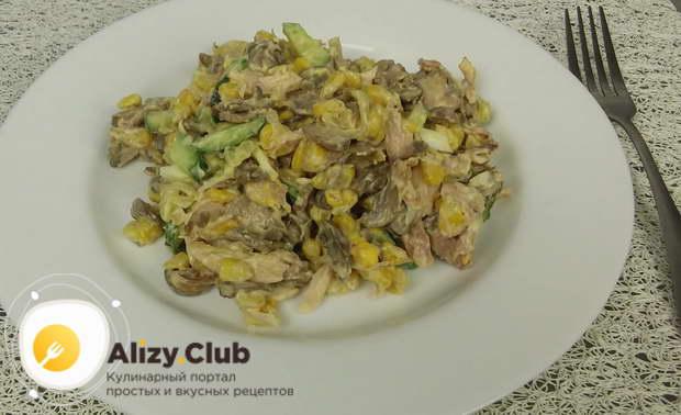 Готовому салату даём настояться 15-20 минут