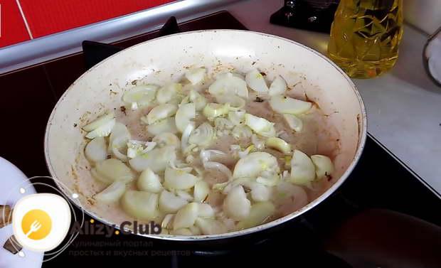 На отдельной сковороде подогреваем 15 миллилитров подсолнечного масла