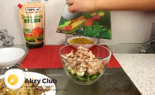 Нарезанные яйца и филе перекладываем в салатницу к огурцам