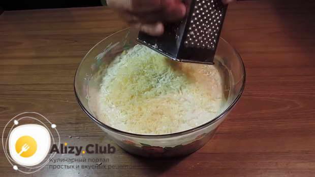 Промазываем яйца майонезом, а затем добавляем 120 г тертого сыра