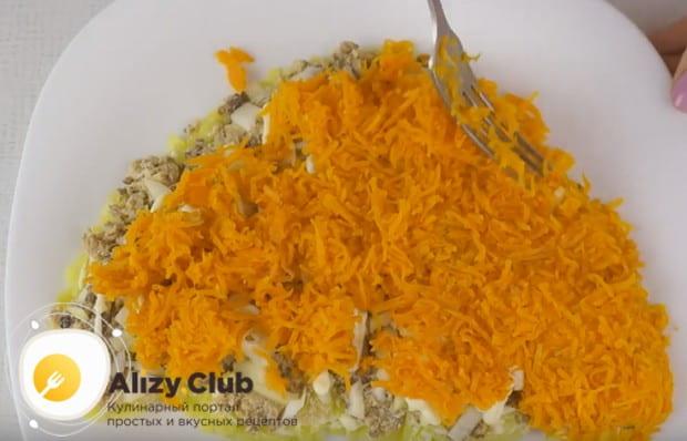 Ровным слоем выкладываем натертую на мелкой терке морковку.