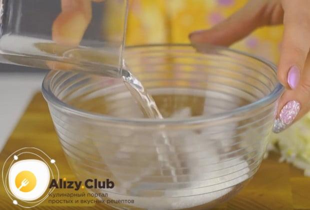 Соединяем воду, уксус и сахар, чтобы сделать маринад для лука.
