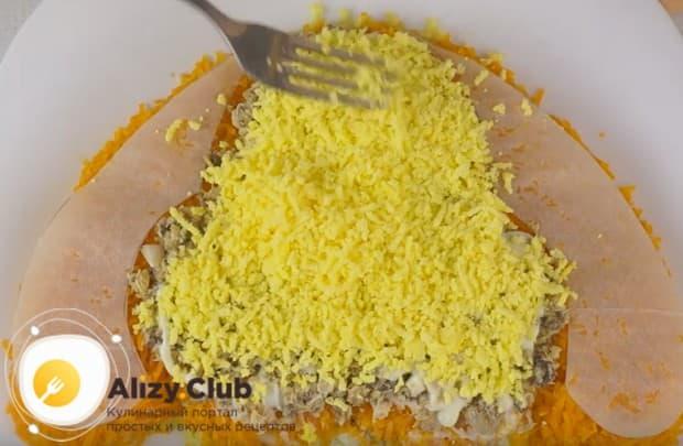 Распределяем по поверхности салата натертые желтки.