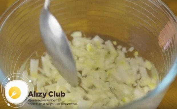 Выкладываем лук в маринад минут на 20.