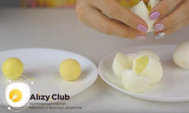 Разделяем на белки и желтки отваренные вкрутую яйца.