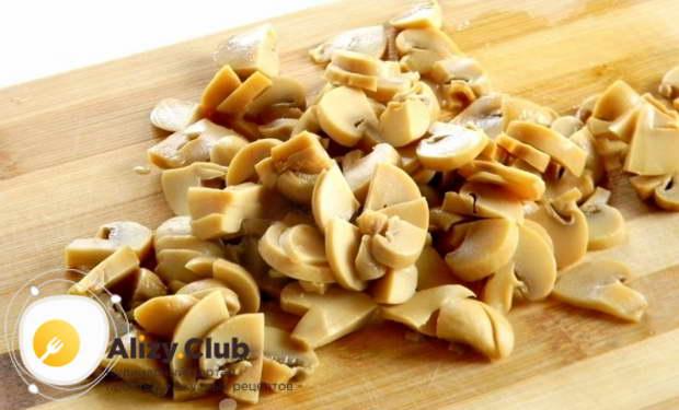 салат с консервированными грибами шампиньонами