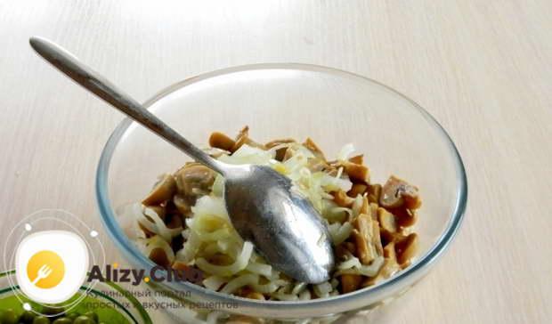 Обжарьте до готовности нарезанный лук на сковороде