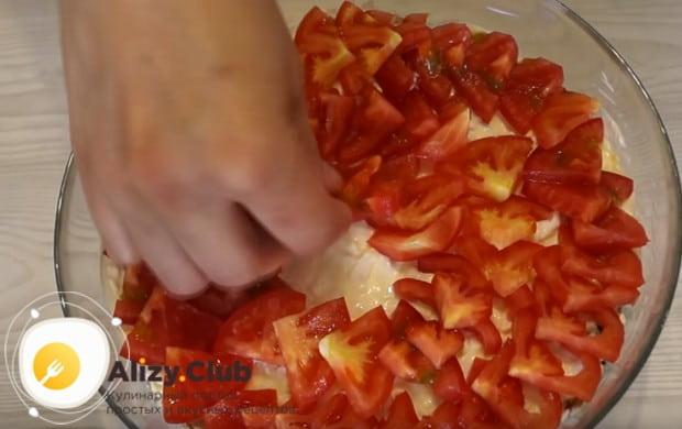 Покрываем салат майонезом и красиво выкладываем на нем четвертинки помидоров.