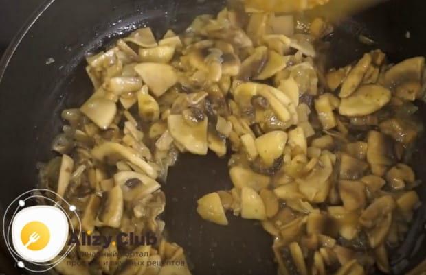 Добавляем грибы на сковороду к луку и жарим до готовности.