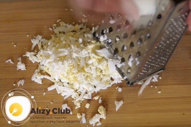Вареные яйца чистим и тоже натираем на терке.