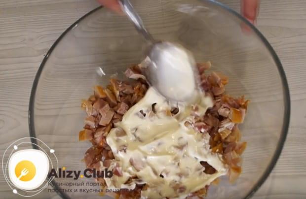 Первым слоем салата делаем курицу, смазываем ее майонезом.