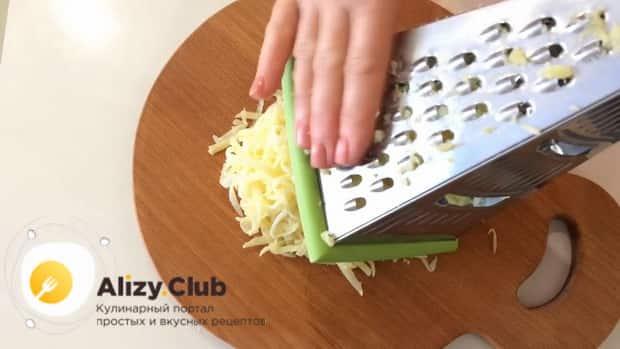 Для пригготовления салата с маринованными опятами и курицей, натрите яйца