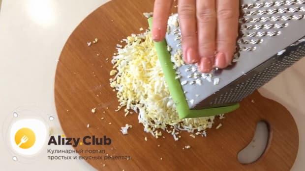 Для пригготовления салата с маринованными опятами и курицей, подготовьте ингредиенты