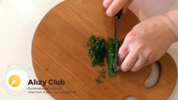 Для пригготовления салата с маринованными опятами и курицей, нарежьте зелень