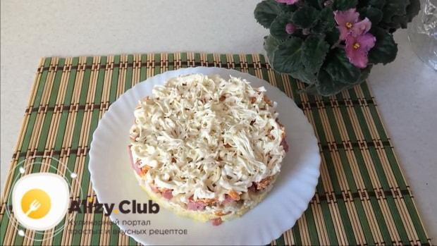 вкусный салат с маринованными шампиньонами готов