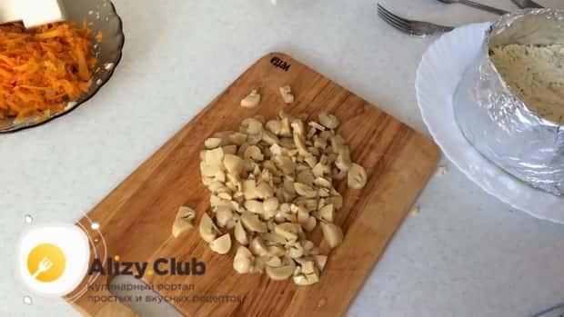 Для приготовления салата с маринованными шампиньонами, нарежьте ингредиенты